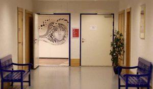 Litt av en velkomsthilsen når man kommer på jobb; Nina Øksnes har tilført en kjedelig vegg et nydelig kunstverk.