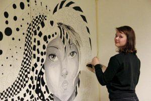 Nina Øksnes begynner å nærme seg slutten av utsmykningen; et arbeid som har pågått i veldig mange timer.