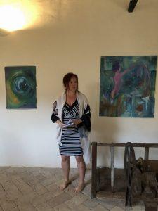 Ingunn Oma Tvedt i Italia hvor hun forklarer prosessen med bildene som hun malte i løpet av uken på klosteret høsten 2018.
